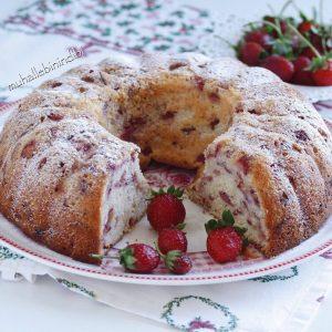 Çi̇lekli̇ Yoğurtlu Kek